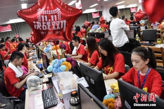 11月10日晚,广州一电商企业办公室灯火通明,员工们在电脑前解答消费者的购物疑问。11日零时,一年一度的双十一网购狂欢节正式拉开帷幕。 <a target='_blank' href='http://www.chinanews.com/'>中新社</a>记者陈骥旻摄