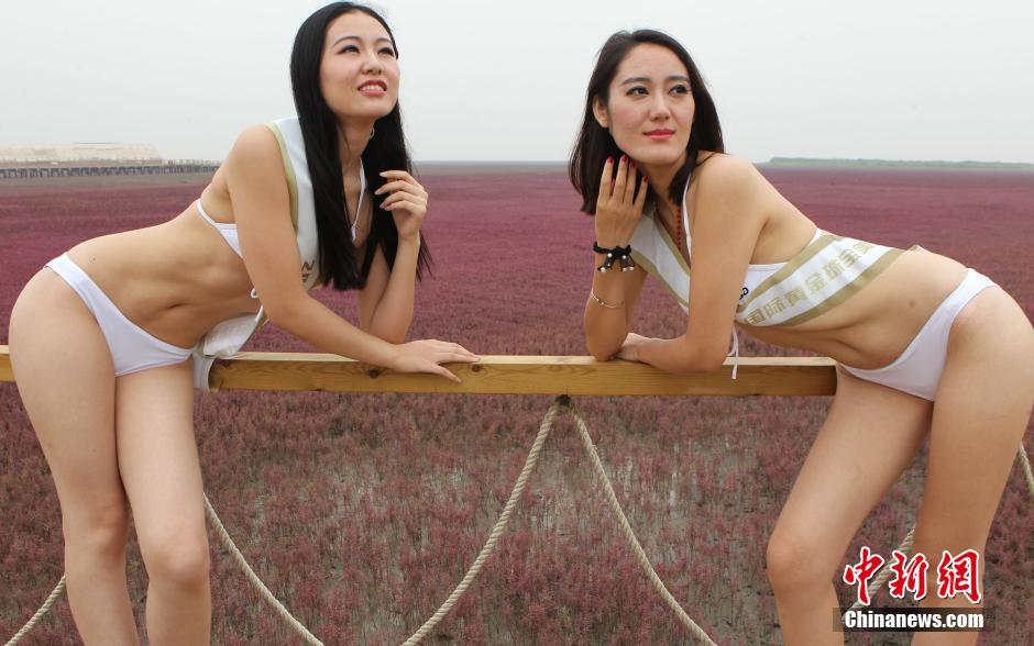 红海滩上演比基尼秀 联盟中国