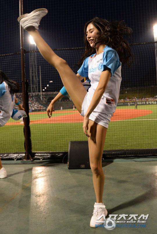 韩棒球女神劈腿一字马 长腿迷人S曲线 联盟中