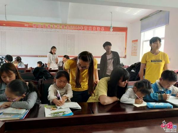 大学生们通过兴趣课堂,趣味手工制作,音乐舞蹈绘画培训等活动,把爱与