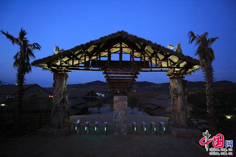 此外,景區以部落文化為主題的配套建築和設置也是一大特色。景區裏餐廳、休閒吧、客棧裏遍佈黃金樟、老榆木門板、原木樹、巨型椅子、創意手工燈飾、原味木樓梯、原木床、個性根雕等等。還有閣樓榻榻米。遊客玩累了也可以選擇入住景區客棧,體驗原生態的部落住宿。(李明) 自駕路線: 1.