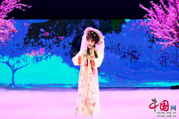 京剧《白蛇传·游湖》《大登殿》《黛诺》《闻一多》等经典唱段,集中