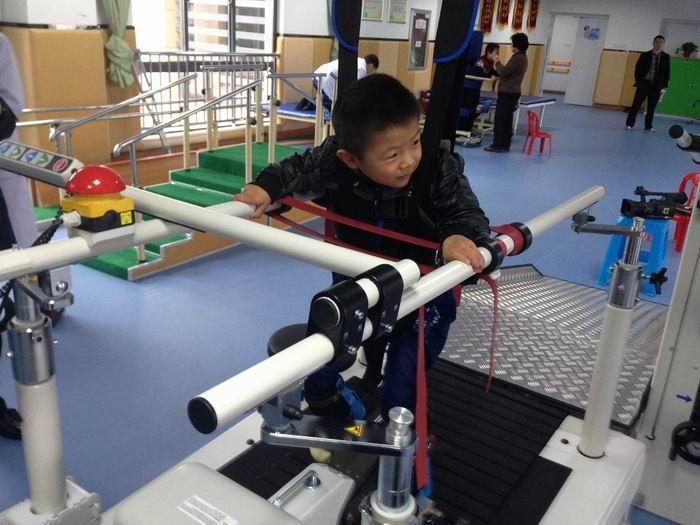 安徽省首个康复训练机器人,在六安投入使用