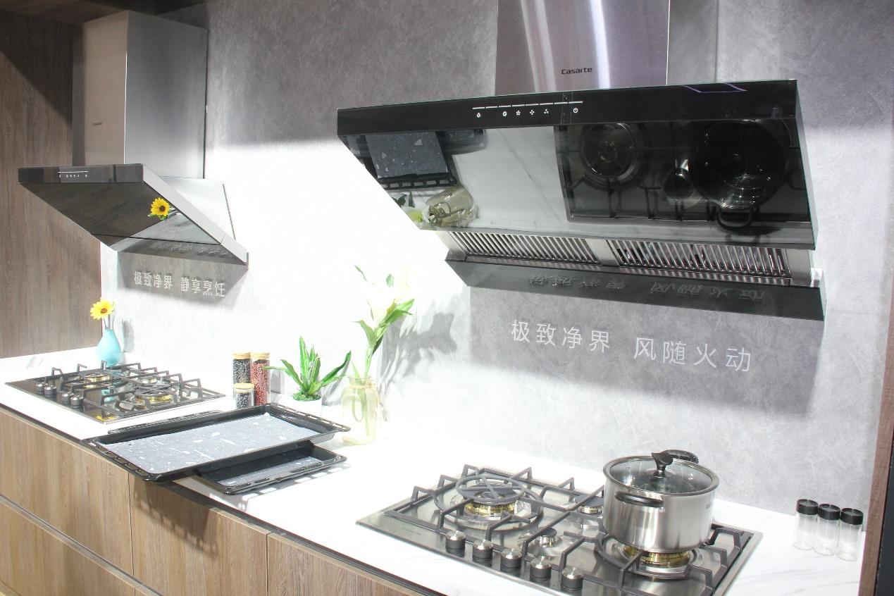 除了烟机阵容,灶具阵容同样占据行业引领地位。比如海尔防干烧燃气灶,就是行业唯一具备防干烧功能的灶具产品,在灶上坐纸锅烧水,水干熄火锅不燃,被用户称为最安全的燃气灶,以领先科技解决用户厨房安全隐患。同时,升级智能控温功能,控制油锅温度保持在180-210的健康范围内,保护用户烹饪健康性。同属灶具阵容的海尔5头灶,则以高效性与专业性领先行业,5灶头设计将厨房烹饪时间并联,给到用户一天25小时的高效厨房新体验,验证了海尔厨电的全球领先实力。 此外,随着厨房消费需求的升级,传统烟灶消产品被归类为小电。在这样的家
