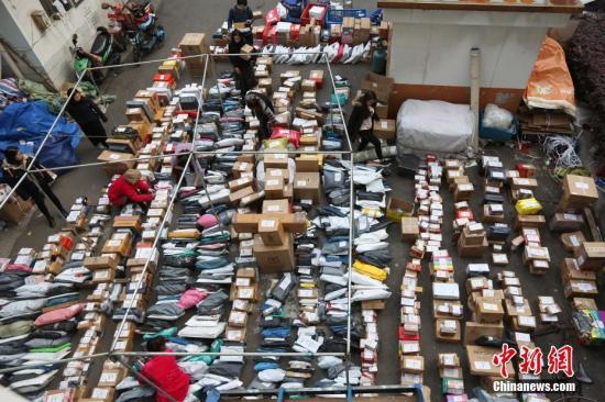 11月14日,南京一高校校园内,大学生在快递点领取各自的快件。<a target='_blank' href='http://www.chinanews.com/'>中新社</a>记者泱波摄