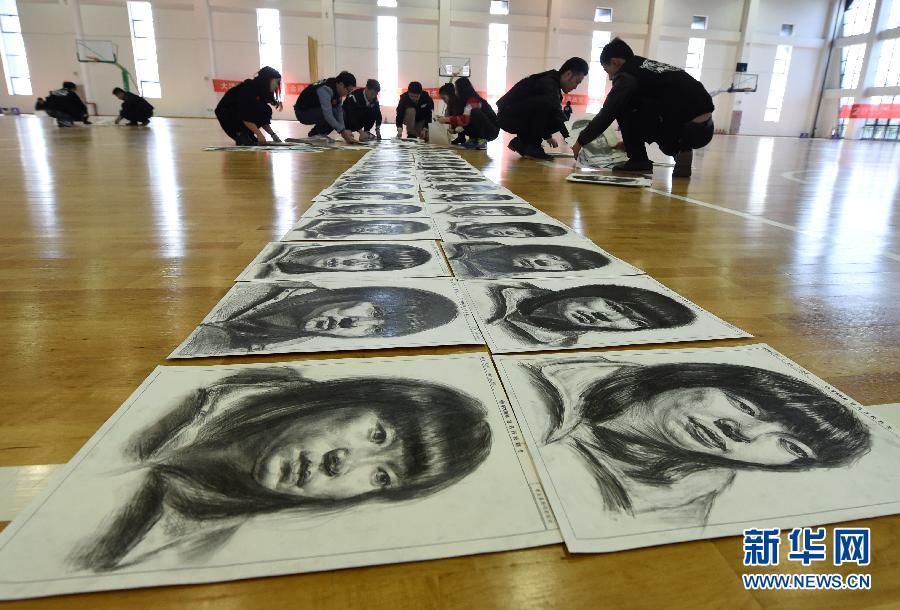 江苏:美术高考模拟考试阅卷 专家为考生现场指