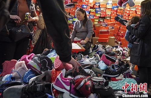 11月12日,北京天和白马服装商城内,商户的低价甩货吸引了大量民众。天和白马服装商城于2013年开业,是一家大型服装批发市场,经营面积4万多平方米。随着北京疏解非首都功能工作的推进,该商城将于11月13日关闭,在此之前动物园地区12家批发市场中已有10家被疏解关闭。 <a target='_blank' href='http://www.chinanews.com/'>中新社</a>记者贾天勇摄
