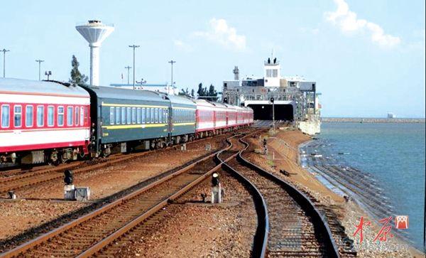 列车在抵达广东省徐闻县海安码头后,18节车厢解编成四组车列,按照码头