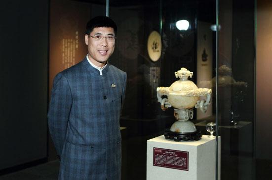 /enpproperty-->  神玉艺术馆馆长王伟斌 从构造城市文明、创造美好生活的城市生活运营商到成为最伟大的艺术馆,他用20个春秋描绘着自己的如玉人生,矢志不渝地致力于让中华玉文化走向世界,成为中国向全世界展示的一张名片。他是中国收藏界难得一见的企业家馆长,他就是亚洲品牌协会联席主席、神玉艺术馆馆长王伟斌。  作为神玉艺术馆的馆长,王伟斌谈起了自己的思考:文化复兴是一个民族复兴的根本性保障。而文化复兴需要一个载体。八千年的玉文化,与中华文明水乳交融一脉共生。一部玉文化史,就是中华文明的发展