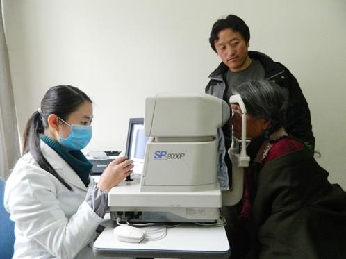25名阿坝州藏族同胞8日在成都爱尔成功治疗白