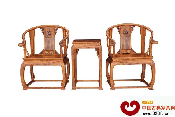 魯班木藝皇宮椅(海南黃花梨) 據悉,北京保利2014春拍會將延續大明·格古專場的理念,籌集眾多重量級拍品,正式拍賣時間6月1日至8日,為期8天。此次拍賣會所有的拍品在注重工藝性、稀缺性的同時,著重挖掘其蘊含的歷史文化價值,因此入選的拍品幾乎為明代的奇珍異寶。魯班木藝的紅木傢具精品今能成功入選拍賣會,無疑是對其工藝精湛和文化價值的認同。 據董事長李愛金介紹,魯班木藝在本次拍賣會中有難得的獨板産品,材質是很稀有的寮國大紅酸枝老料,為全榫卯可拆裝的羅漢床,華麗、威嚴,而全部拆開再重組成型只需半