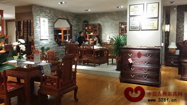 """新开业的东成红木成都专卖店以""""新古典""""风格的缅甸花梨系列产品为主打"""