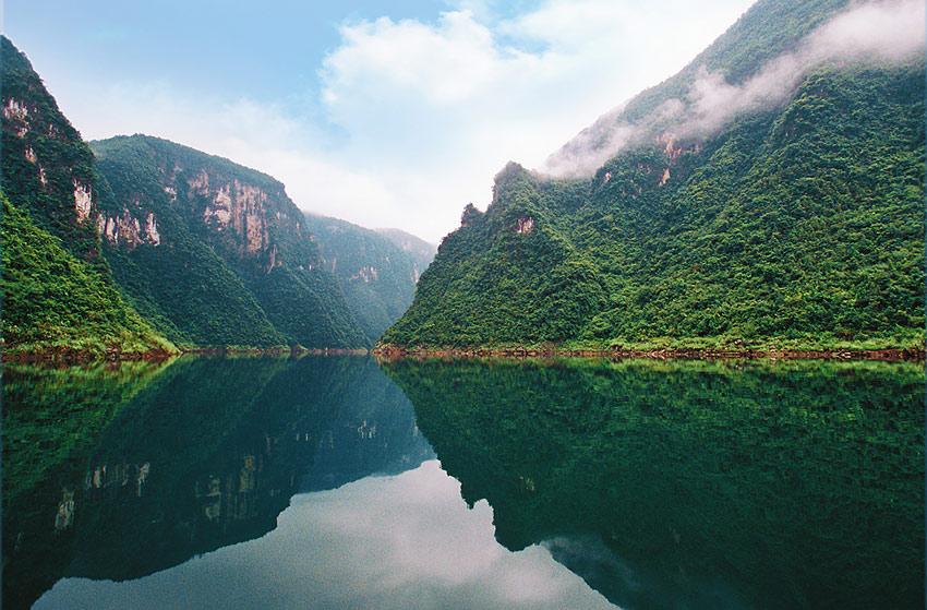 倒影峡是进入清江画廊风景区的第一个主要景点,位于隔河岩大坝