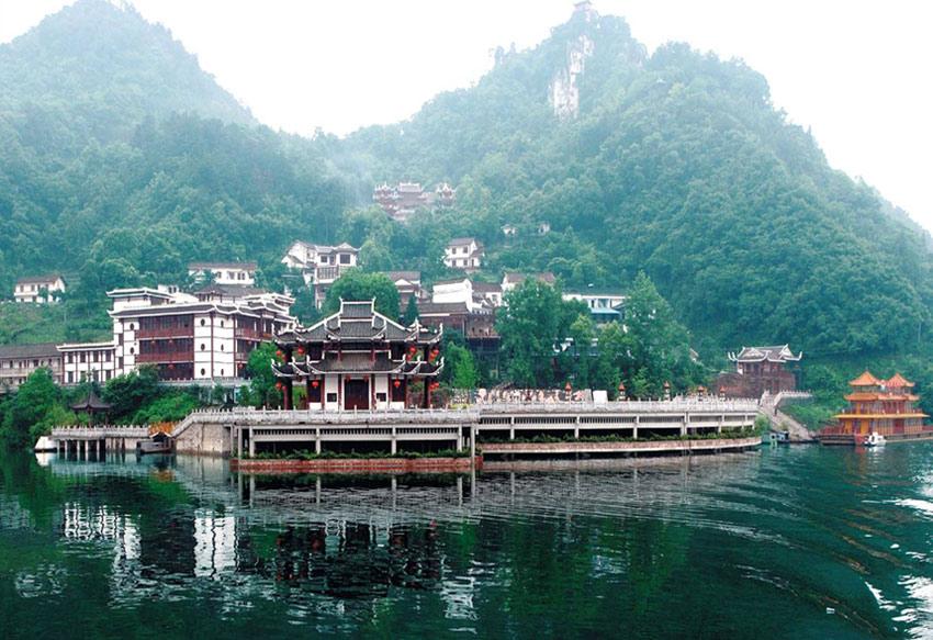 由湖北省鄂西生态文化旅游圈投资公司和长阳汇丰和投资有限公司合资