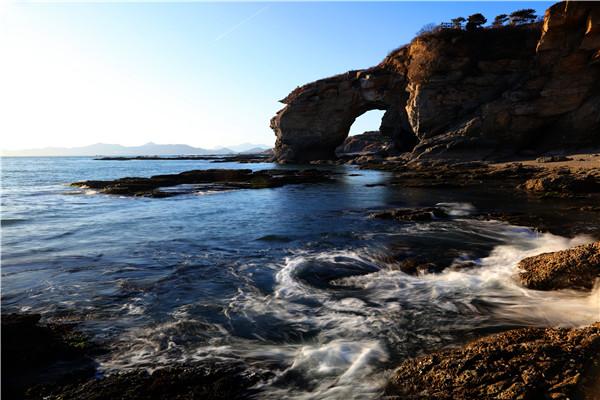 层艳叠彩 金石滩因石而成名,在东部景区海岸线,凝聚了3-9亿年地质奇观,诞生于六亿年前的震旦纪、寒武纪岩石形成壮丽的奇石景观,被称为凝固的动物世界、天然地质博物馆、神力雕塑公园,2012年,恐龙探海景观被美国CNN评为中国最美的40个景点之一。