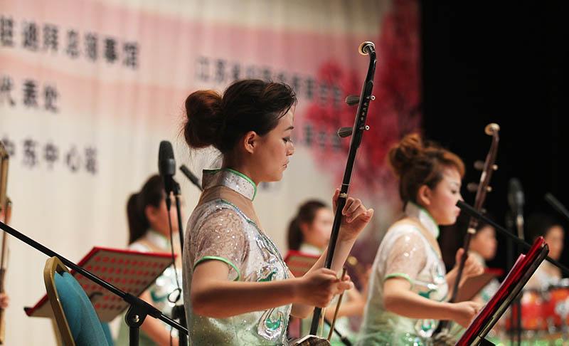 /enpproperty-->  好一朵美丽的茉莉花 2015年2月10日,Al Manzar迪拜文化及科学协会剧场中,享誉世界的中国经典民歌《茉莉花》拉开了拥抱中国文艺汇演的序幕。 当时正临近中国农历新年,由中国驻迪拜领事馆邀请,迪拜文化与艺术局(以下简称迪拜文化)承办的拥抱中国文艺汇演在迪拜上映,免费为迪拜市民和中国同胞们带来了精彩的表演。 在优美的一曲《茉莉花》之后,二胡表演艺术家邢伟与周蓉联袂齐奏了《拉丁风情》和《赛马》演绎出了二胡音乐的缠绵悱恻和慷慨激昂。《赛马》基于中国北方