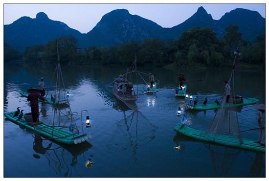 """从2012年起,秀峰区每年都在桃花湾里举办""""三月三""""民族歌圩节."""