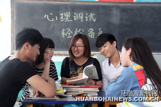 丰润新军屯中学心理教师为高三学生减压迎高考