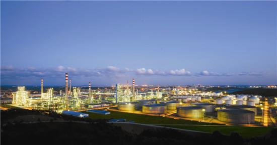 /enpproperty--> 一、企业概况 中国石油天然气集团公司(China National Petroleum Corporation,英文缩写CNPC,中文简称中国石油)是国有重要骨干企业,是以油气业务、工程技术服务、石油工程建设、石油装备制造、金融服务、新能源开发等为主营业务的综合性国际能源公司,是中国主要的油气生产商和供应商之一。2014年,在世界50家大石油公司综合排名中位居第三,在《财富》杂志全球500家大公司排名中位居第四。中国石油以建成世界水平的综合性国际能源公司为目标,坚持